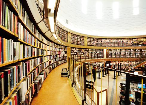 並んでいる「ライブラリーのブックシェルフ、遠近法」:スマホ壁紙(19)