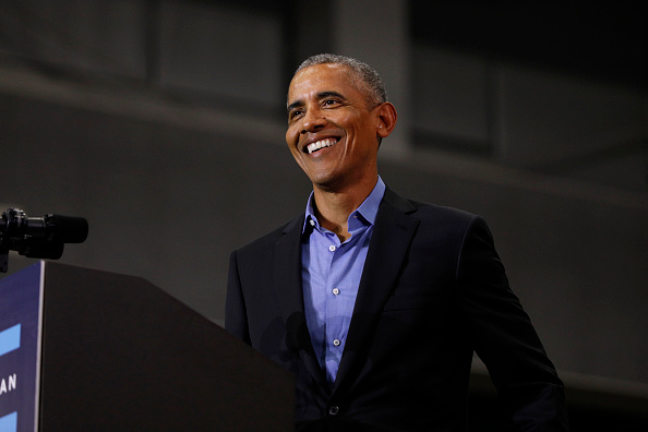 笑顔「Former President Obama And Former Attorney General Eric Holder Campaigns With Michigan Democrats」:写真・画像(19)[壁紙.com]