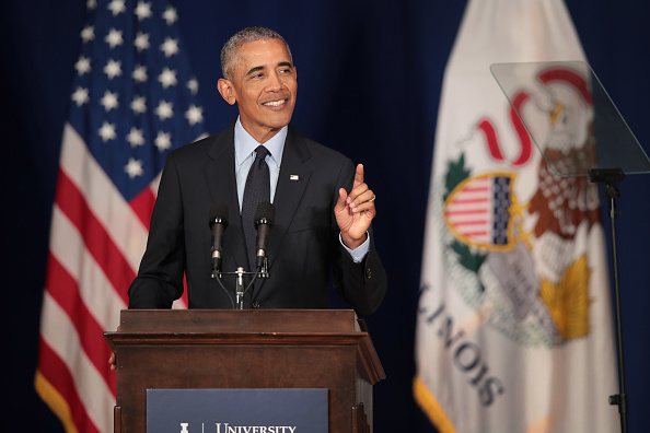 Receiving「Former President Obama Accepts The Paul H. Douglas Award For Ethics In Government At The University Of Illinois」:写真・画像(17)[壁紙.com]