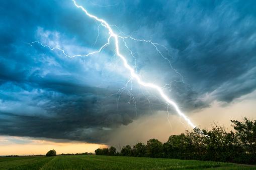 Agricultural Field「cloud storm sky with thunderbolt over rural landscape」:スマホ壁紙(15)