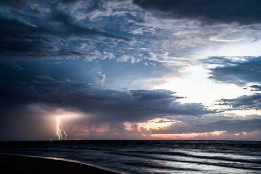 Queensland「Thunderstorm at sea, Moreton Island, Queensland, Australia」:スマホ壁紙(5)