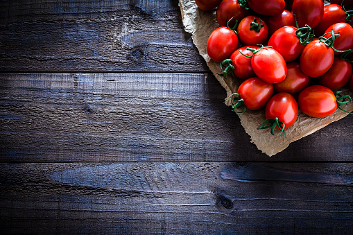 Plank - Timber「Fresh ripe tomatoes on crumpled brown paper still life」:スマホ壁紙(2)