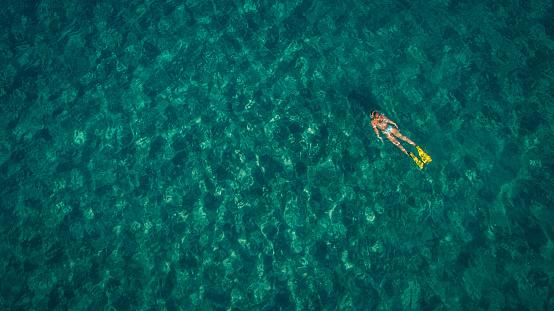 若い女性「ターキスの海でスキューバダイビング」:スマホ壁紙(4)