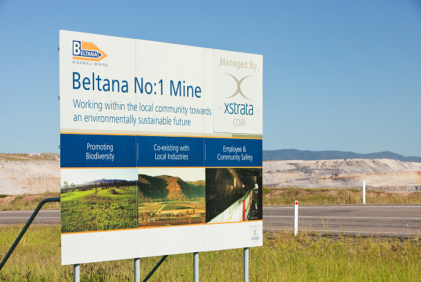 Open-pit Mine「The Beltana number 1 mine, an open cast or drift coal mine managed by Xstrata coal in the Hunter Valley, New South Wales. If we are serious about tackling climate change, coal, the dirtiest of fossil fuels, needs to be kept in the ground. Sadly around 85」:写真・画像(14)[壁紙.com]