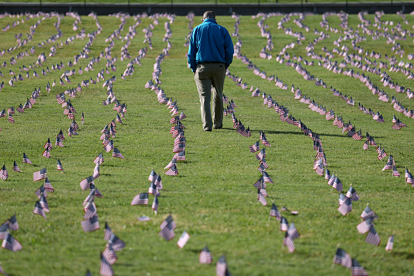 Flag「200,000 American Flags Installed On National Mall To Memorialize 200,000 COVID-19 Deaths」:写真・画像(10)[壁紙.com]