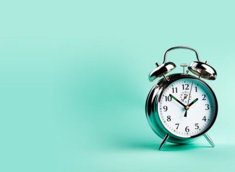 Handle「Alarm clock, against green background, close-up」:スマホ壁紙(7)