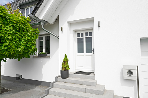 Front Door「Germany, Cologne, entrance of white new built one-family house」:スマホ壁紙(3)