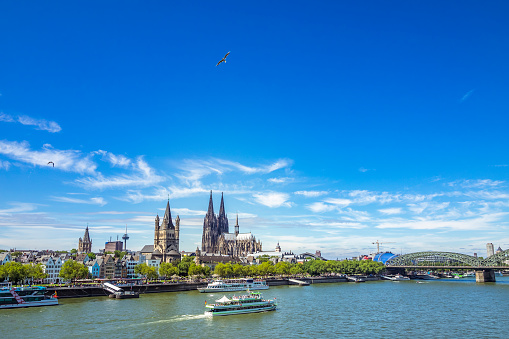 Cathedral「Germany, Cologne, view to the skyline with Rhine River in the foreground」:スマホ壁紙(0)