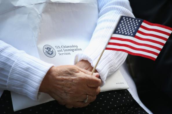 Emigration and Immigration「Naturalization Ceremony Held In Chicago's Daley Plaza」:写真・画像(1)[壁紙.com]