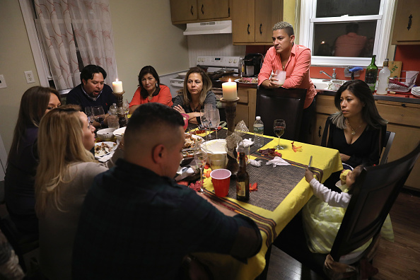 Dinner「Immigrant Families Celebrate Thanksgiving In Connecticut」:写真・画像(5)[壁紙.com]