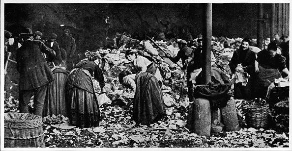 Heap「Sorting a dust heap at a County Council Depot, London, c1850 (1903)」:写真・画像(6)[壁紙.com]