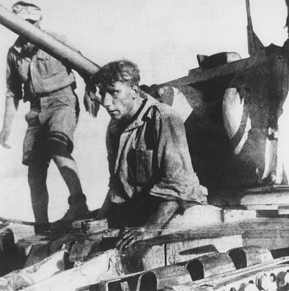 Surrendering「Tank Crewman Surrenders」:写真・画像(12)[壁紙.com]