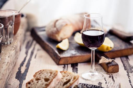 Appetizer「Glas of fortified wine and bread」:スマホ壁紙(3)