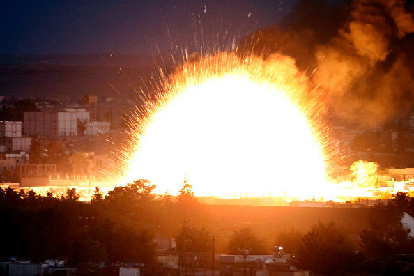 Exploding「Syrian Kurds Battle IS To Retain Control Of Kobani」:写真・画像(13)[壁紙.com]