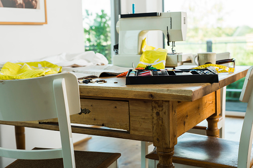 Sewing「Sewing machine on wooden table」:スマホ壁紙(11)