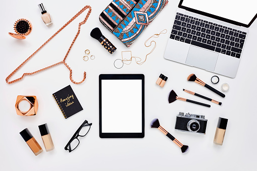 Clutch Bag「Flat lay of beauty products and accessoroes on bloggers desk」:スマホ壁紙(8)