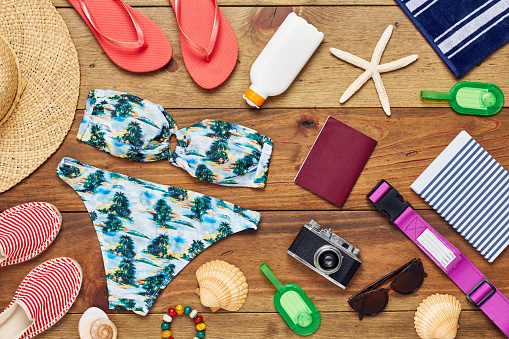 Flip-Flop「Flat lay of travel and beach equipment on wooden floor」:スマホ壁紙(3)