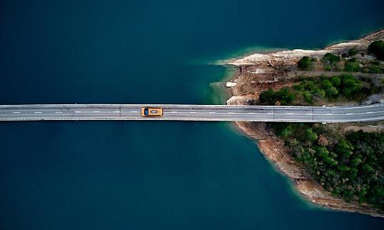 Drone Point of View「New york cab on a bridge」:スマホ壁紙(2)