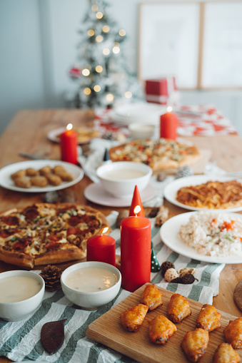 Chicken Wing「Dining table nicely set up with Christmas decorations and a variety of freshly made food ready for Christmas party」:スマホ壁紙(0)