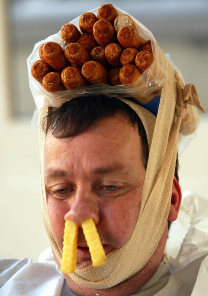 Bizarre「Artist Sits In Bath Of Sausages, Chips And Beans」:写真・画像(3)[壁紙.com]