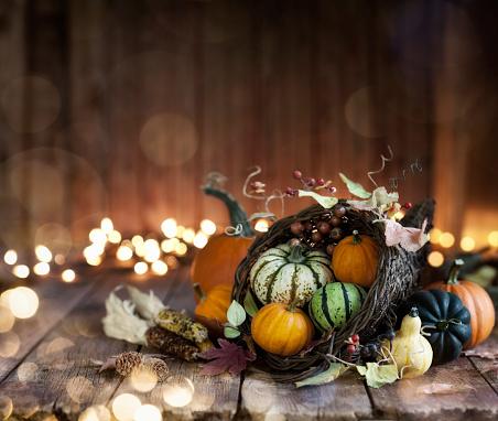 かえでの葉「木製の背景に秋の感謝祭コルヌコピア」:スマホ壁紙(1)
