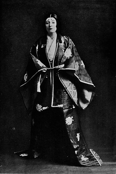 Circa 15th Century「Mrs Charles Burnett in a 15th-Century Japanese Court costume Mrs Burnett's poems written in Jap」:写真・画像(12)[壁紙.com]