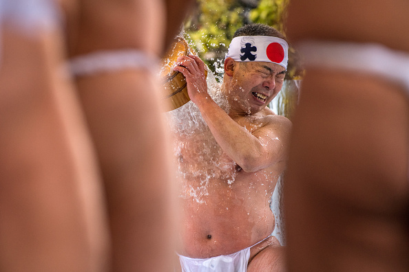 Pouring「People Coming Of Age Purify With Icy Water In Tokyo」:写真・画像(3)[壁紙.com]
