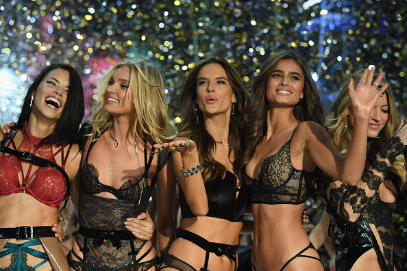 ファッションショー「2016 Victoria's Secret Fashion Show in Paris - Show」:写真・画像(10)[壁紙.com]