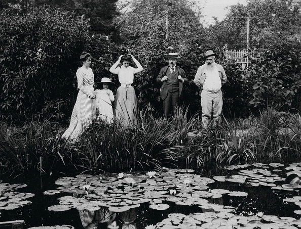 1900「Germaine HoschedÈ Lili Butler Mme Joseph Durand-Ruel Georges Durand-Ruel And Claude Monet At The」:写真・画像(13)[壁紙.com]