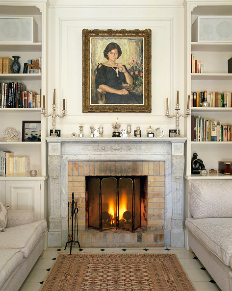 Rug「View of a lit fireplace in a living room」:写真・画像(16)[壁紙.com]