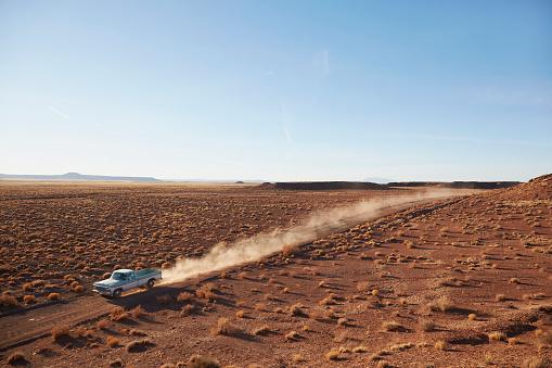 Dirt Road「USA, Arizona, Pick up truck going through desert on Route 66」:スマホ壁紙(17)