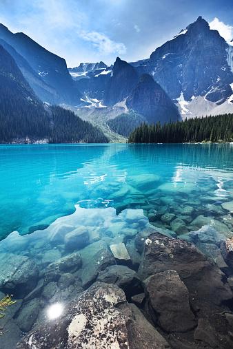 アルバータ州「湖モレーン、バンフ国立公園のエメラルド色の水の風景、カナダのアルバータ州」:スマホ壁紙(4)