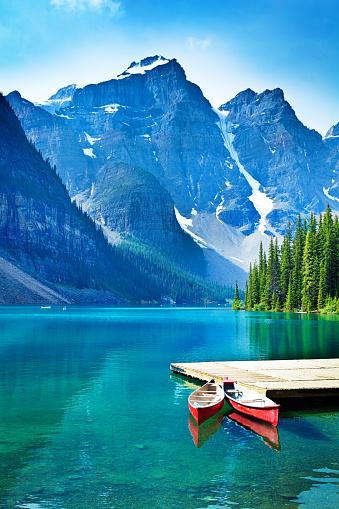 アルバータ州「湖モレーンおよびカヌーに乗りバンフ国立公園の桟橋」:スマホ壁紙(2)