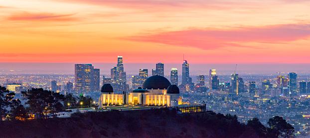 コースト山脈「夜明けのパノラマとフォア グラウンドでグリフィス公園天文台ロサンゼルスのスカイライン」:スマホ壁紙(4)