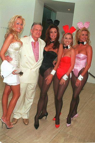 David Keeler「Hugh Hefner, Flanked By Playboy Bunnies」:写真・画像(0)[壁紙.com]