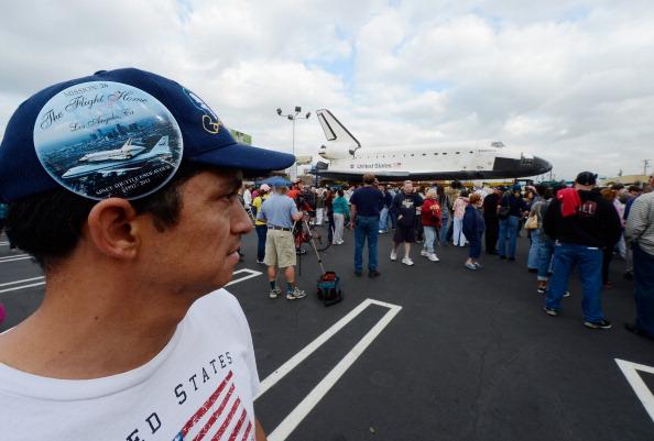Space Shuttle Endeavor「Space Shuttle Endeavour Makes 2-Day Trip Through LA Streets To Its Final Destination」:写真・画像(19)[壁紙.com]