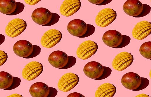 Chopped Food「Whole and chopped mango pattern on pink background」:スマホ壁紙(12)