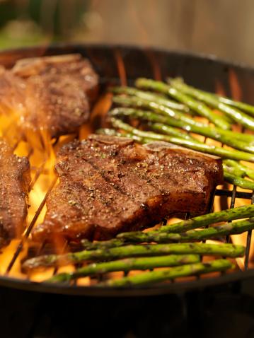 Porterhouse Steak「Porterhouse Steaks with Grilled Asparagus on an outdoor BBQ」:スマホ壁紙(16)