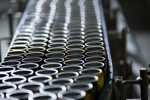 並んでいる「飲料缶生産ライン」:スマホ壁紙(19)