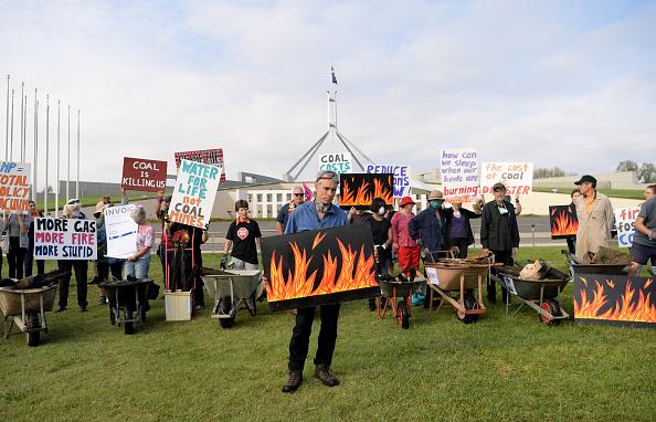 Burnt「Bushfire Survivors Deliver Burnt Debris To Parliament To Protest Against Coal Lobby」:写真・画像(8)[壁紙.com]