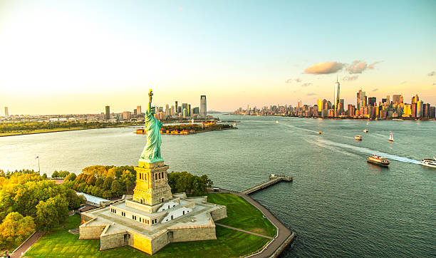 Liberty Island overlooking Manhattan Skyline:スマホ壁紙(壁紙.com)