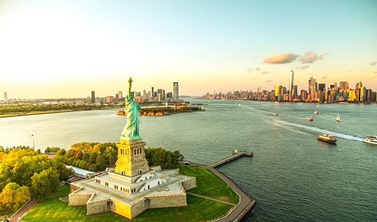 Waterfront「Liberty Island overlooking Manhattan Skyline」:スマホ壁紙(5)
