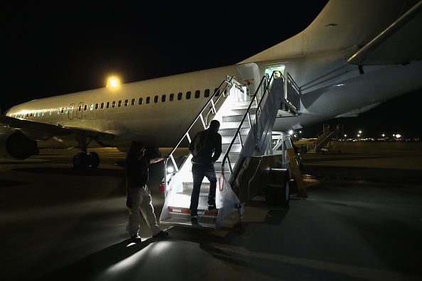 John Moore「ICE Deports Undocumented Immigrants Via ICE Air」:写真・画像(1)[壁紙.com]