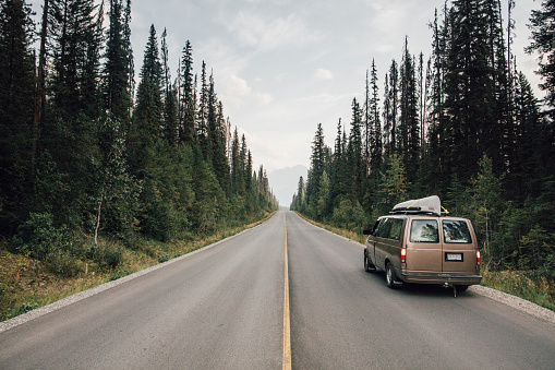Roadside「Canada, British Columbia, Emerald Lake Road, Yoho National Park, van on road」:スマホ壁紙(12)