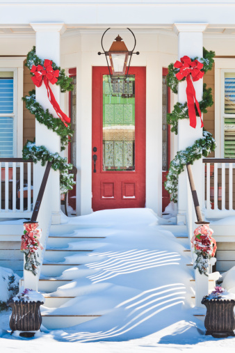 Floral Garland「inviting front doorway with snowy Chrismas porch」:スマホ壁紙(14)