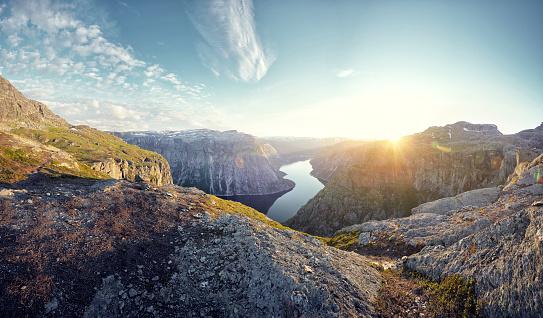 環境「Mountainous landscape and fjord at sunset, Norway」:スマホ壁紙(19)