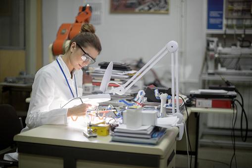 女性のみ「ドローンを修理する女性エンジニア」:スマホ壁紙(14)