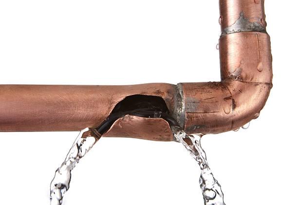 broken leaking copper water pipe:スマホ壁紙(壁紙.com)