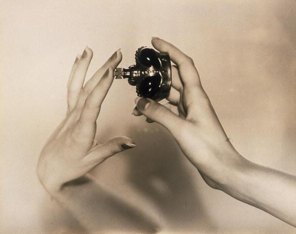 Smelling「Perfume, 1930s.」:写真・画像(18)[壁紙.com]