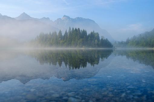 Germany「Germany, Bavaria, Werdenfelser Land, Isar dam Kruen, morning fog」:スマホ壁紙(0)